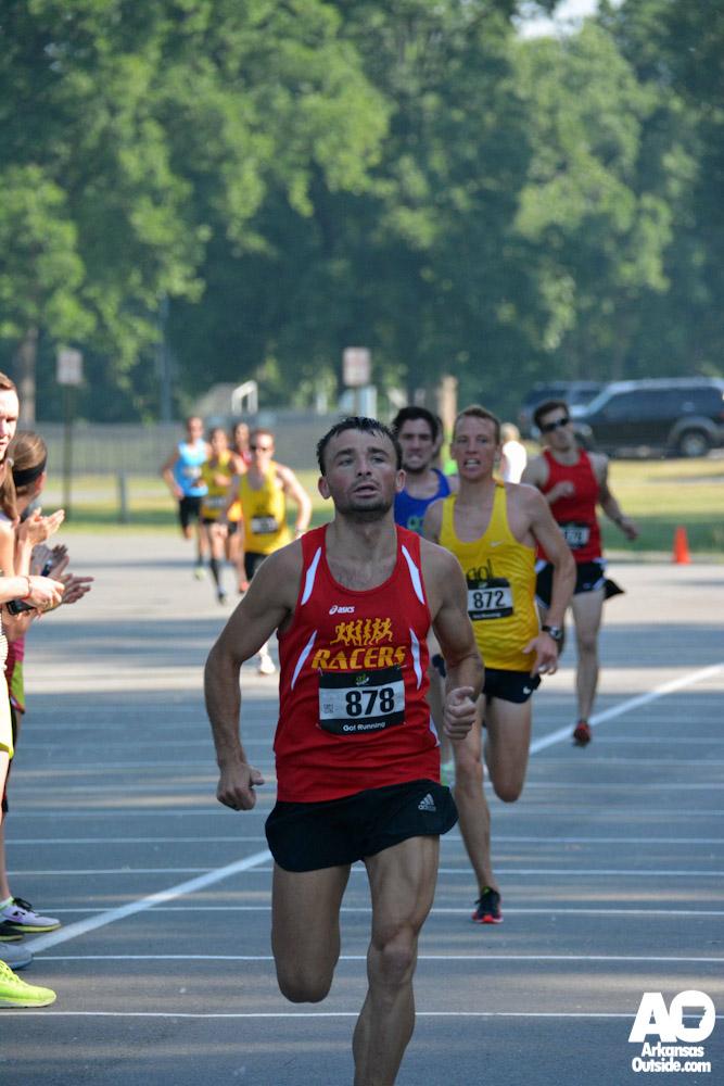 Elite runners leaving it all in the last few feet.